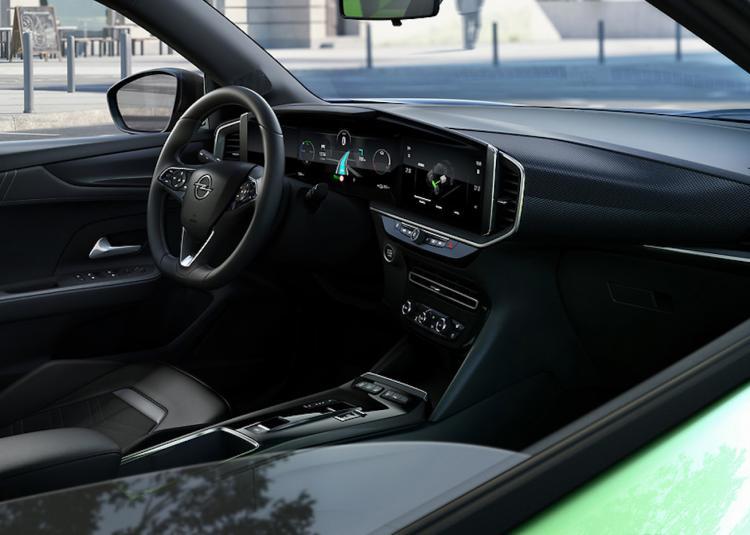 Het dashboard bestaat uit twee aanraakgevoelige schermen